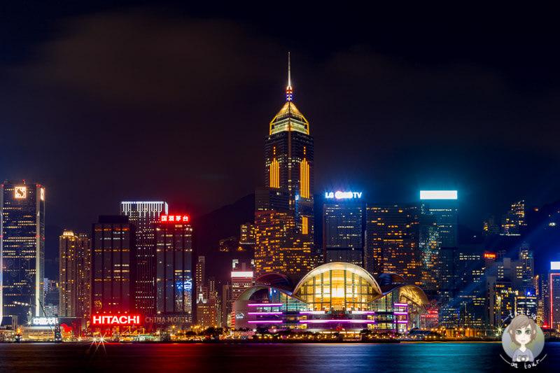 Die beleuchtete Skyline von Hongkong