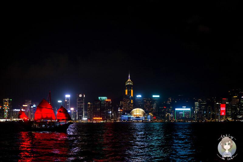 Die beleuchtete Skyline von Hong Kong bei Nacht