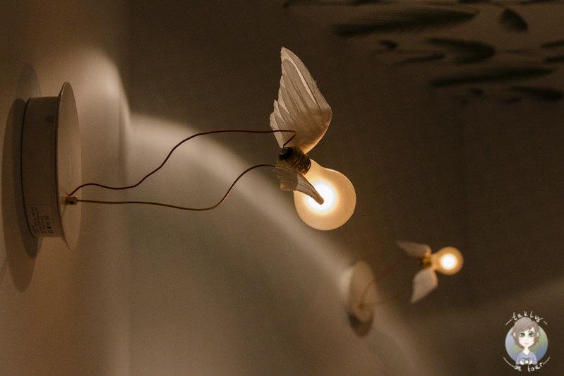 Interessante Glühbirnen mit Flügeln im Behandlungsraum 1 bei Myssage in Köln
