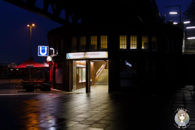 Der Eingang zur Bahnstation 'Landungsbrücken' bei Nacht
