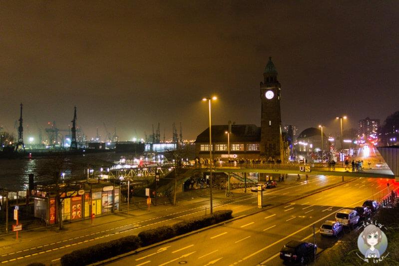 Blick auf die Landungsbrücken bei Nacht