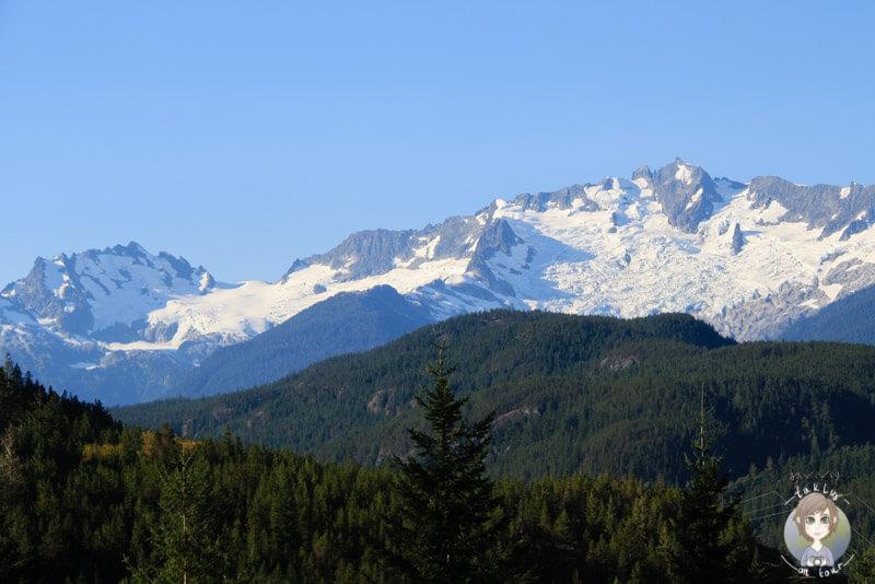 Der Blick auf schneebedeckte Berge vom Sea to Sky Highway in Kanada