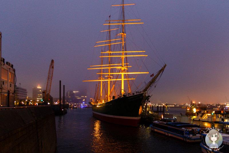 Das Museumsschiff an den Landungsbrücken in Hamburg