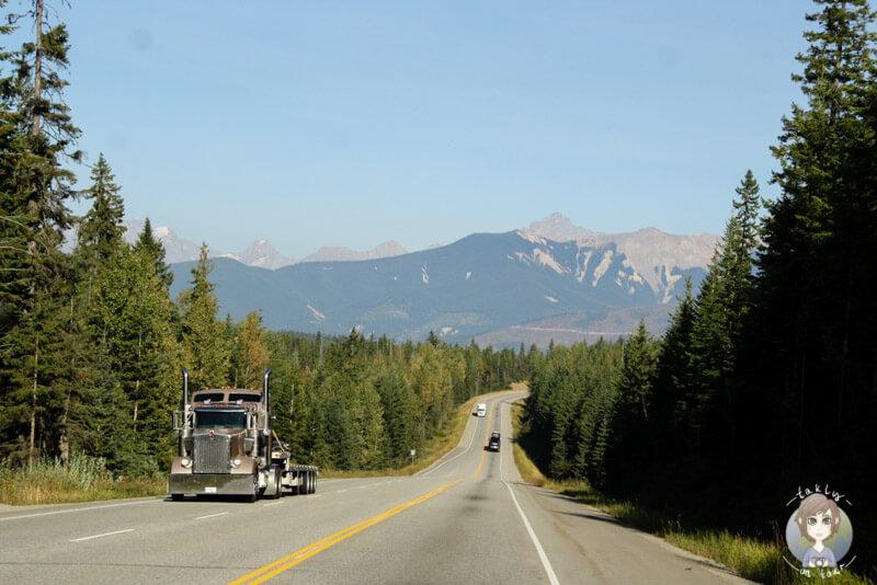 Der weitläufige Trans Canada Highway in der Nähe des Rogers Pass, Kanada