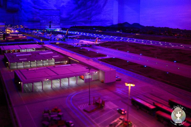 Die Startbahn des Flughafen Knuffingen bei Nacht im Miniatur Wunderland Hamburg