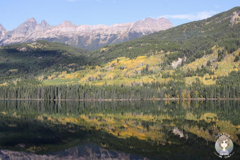 Ein See im Herbst in Kanada