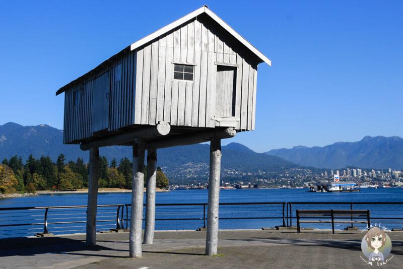 Das kleine Holzhäuschen auf Stelzen in Vancouver, Kanada