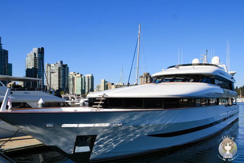 Eine dicke Yacht im Hafen von Vancouver, BC