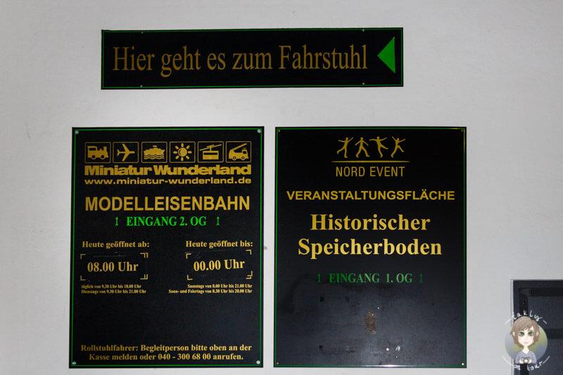 Die Infotafel und der Wegweiser zum Miniatur Wunderland Hamburg