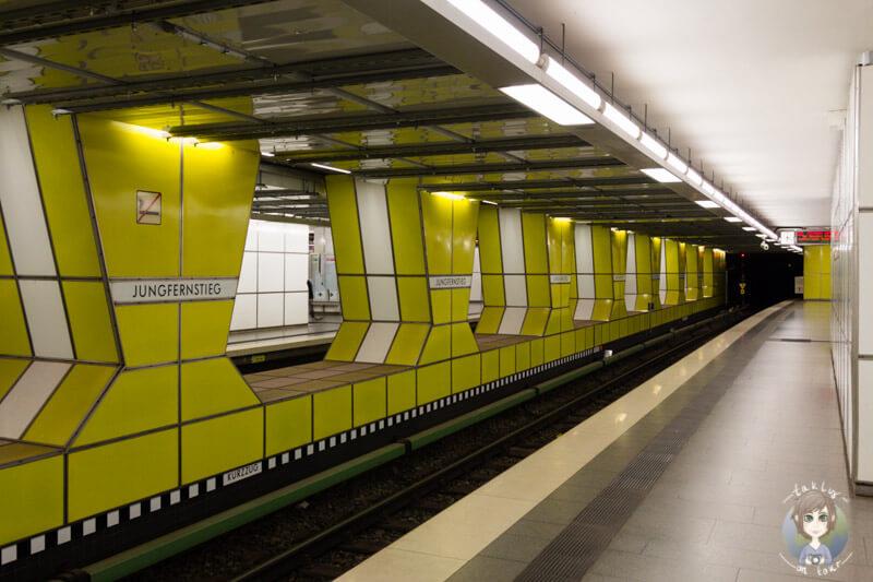 Die schöne Haltestele Jungfernstieg in Hamburg