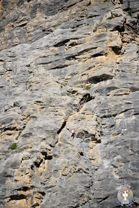 Kletterer neben den Takakkaw Falls, BC, Kanada