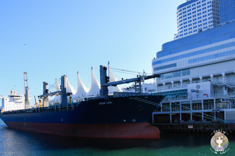 Ein Schiff am Canada Place in Vancouver