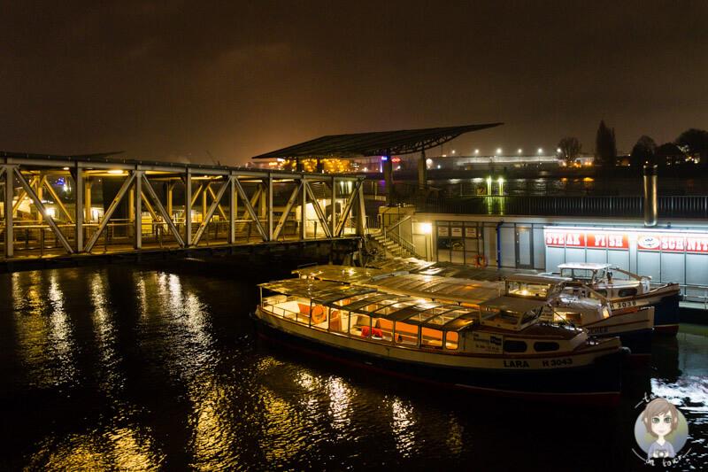 Schiffe an den Landungsbrücken in Hamburg, bei Nacht