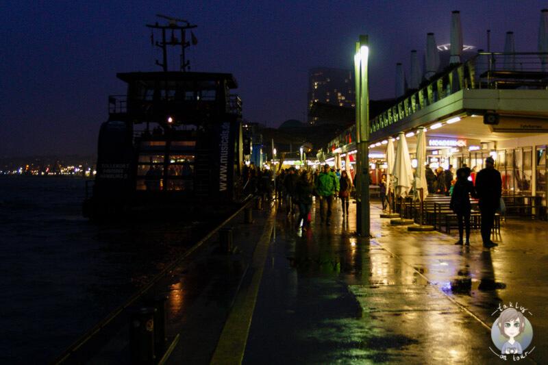 Spaziergang an den Landungsbrücken an der Elbe