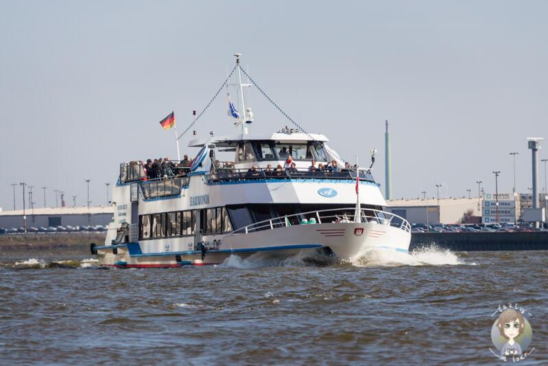 Blick auf ein Schiff der Hafenrundfahrt Hamburg