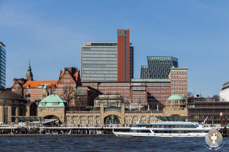 Blick auf die Landungsbruecken Start einer Stadtrundfahrt Hamburg