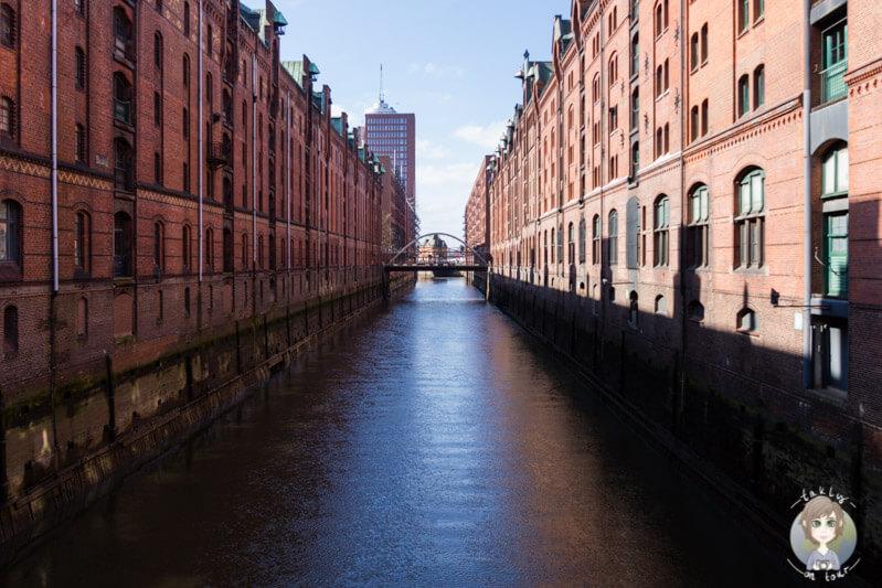 Blick über den Kehrwiederfleet in der Speicherstadt von Hamburg