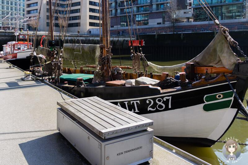 Ein Segelboot in der Hafencity Hamburg