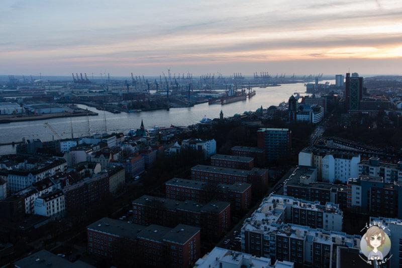 Weiter Ausblick über den Hafen Hamburg