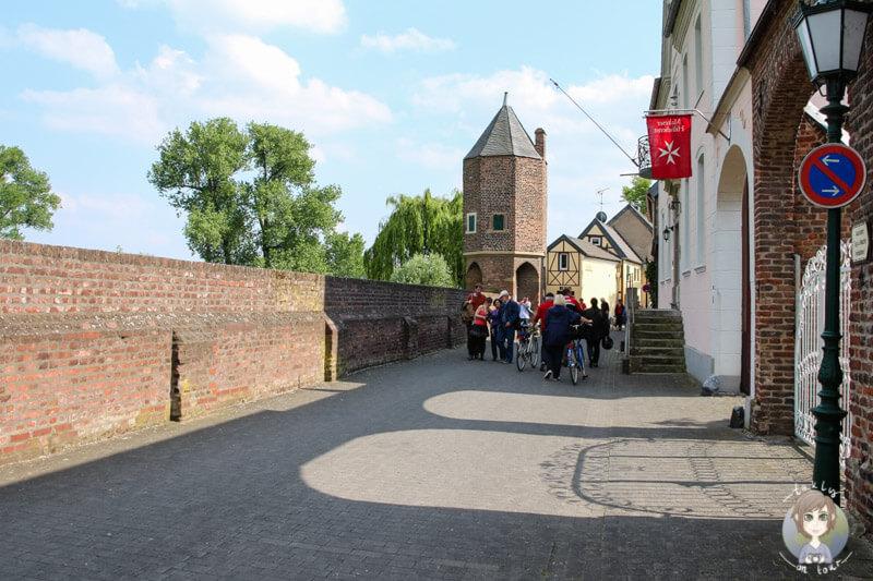 Die Rheinstraße in Zons bei Dormagen