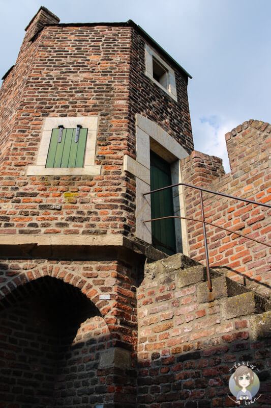 Ein gut erhaltener Wehrturm in der Stadtmauer von Zons am Rhein