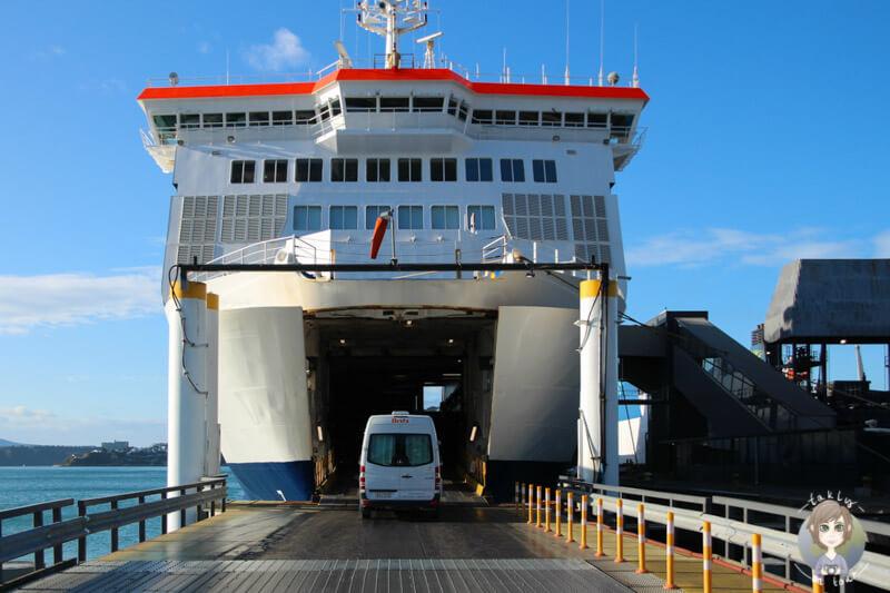Fahrt mit dem Camper auf die Interislander Fähre in Wellington, Neuseeland