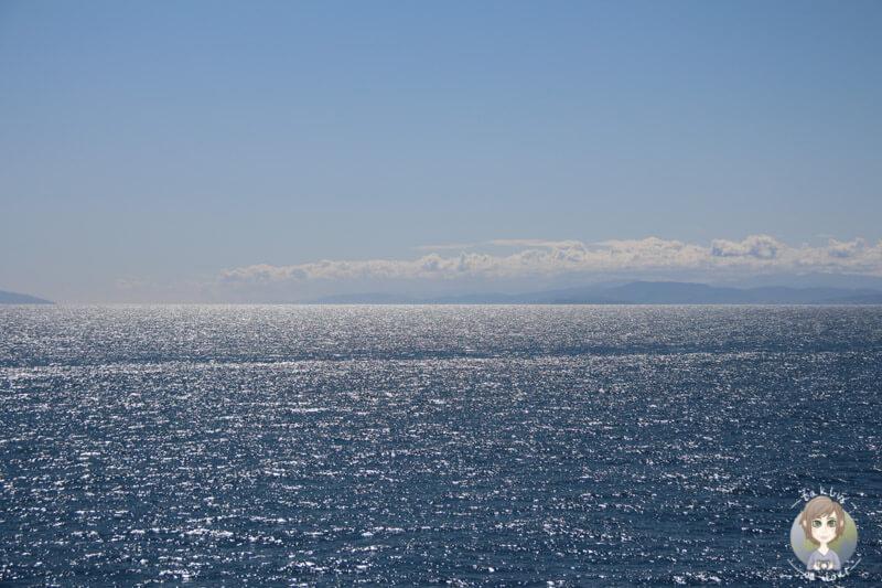 Ruhige See und strahlender Sonnenschein bei der Überfahrt mit der Interislander in Neuseeland