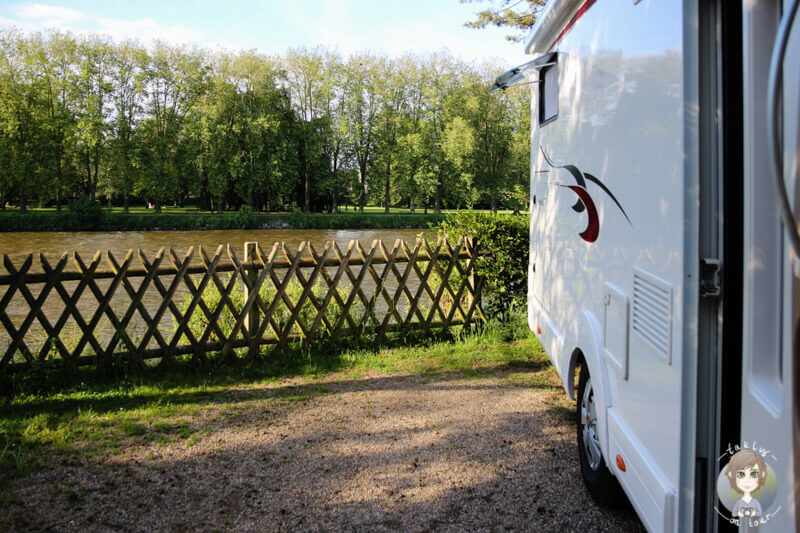 Campingplatz mit Blick auf den Fluss, Auvergne