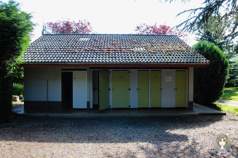 Dusch- und Toilettenhäuschen auf dem Campingplatz Sunêlia La Ribeyre, Murol
