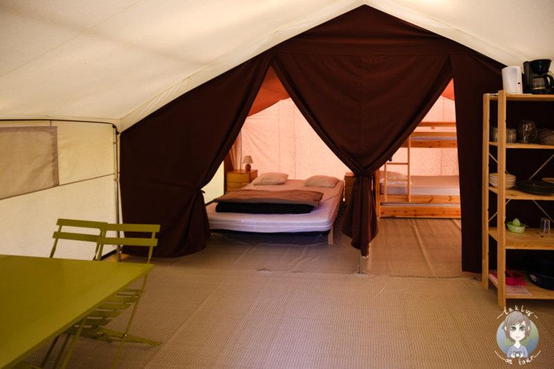 Eine Glamping Unterkunft von innen, CosyCamp Frankreich