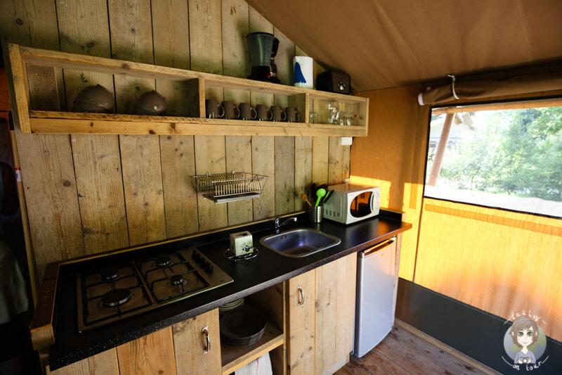 Eine eigene Küche beim Glamping in Frankreich