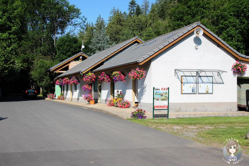 Gebäude mit Sanitäranlagen und TV-Raum