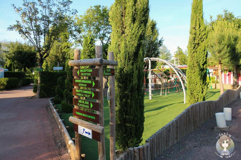 Kinderspielplatz und Wegweise, Camping Beau Rivage, Auvergne