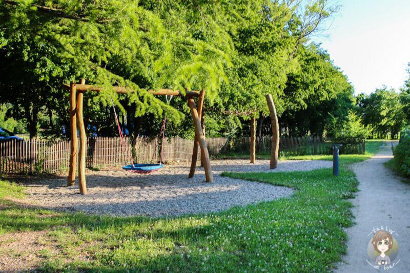 Paradies für Kinder, Kinderspielplatz im CosyCamp, Auvergne, Frankreich
