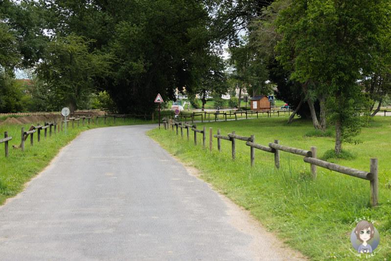 Ruhige Anfahrt zu dem Campingplatz in Moulins, Frankreich