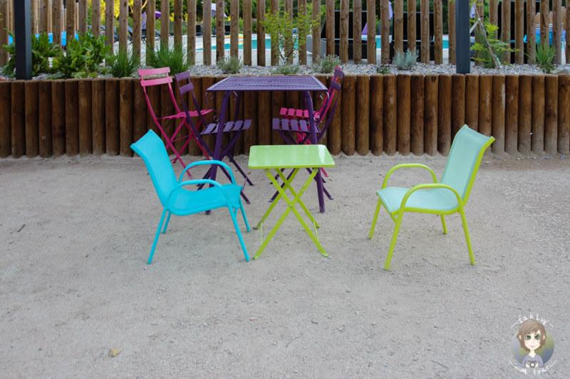 Stühle für Groß und Klein auf der Terrasse im Cosy Camp, Fankreich
