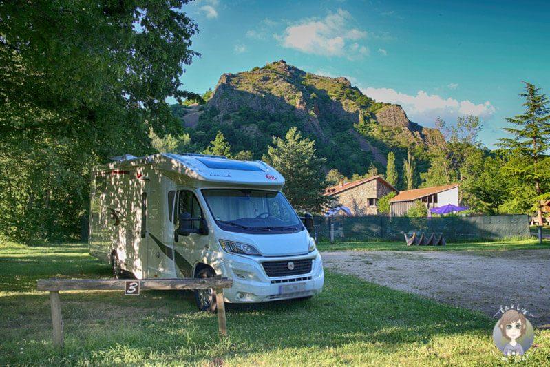 Ein Wohnmobil auf einem Campingplatz in Frankreich auf unserem Trip Camping in der Auvergne
