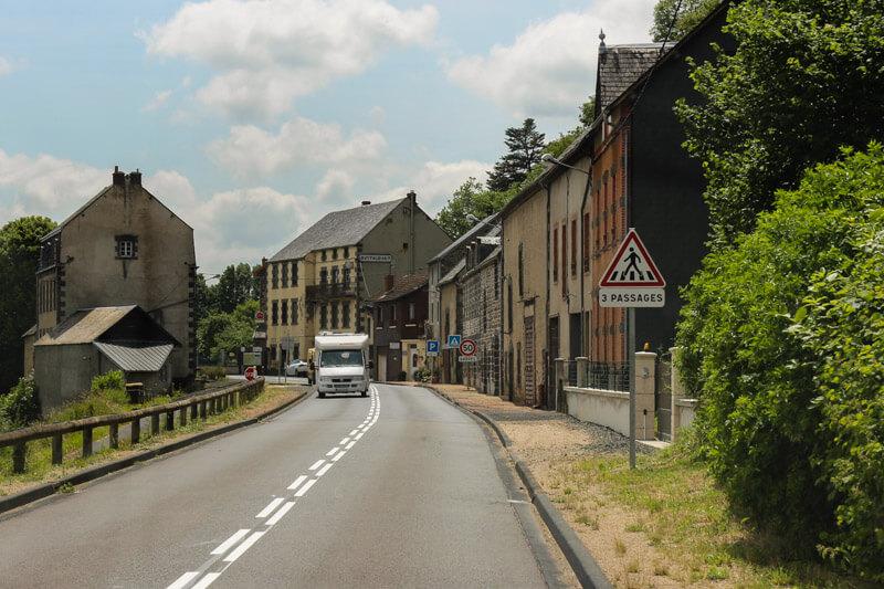Ein Wohnmobil in einem kleinen Ort in Frankreich in der Region Auvergne