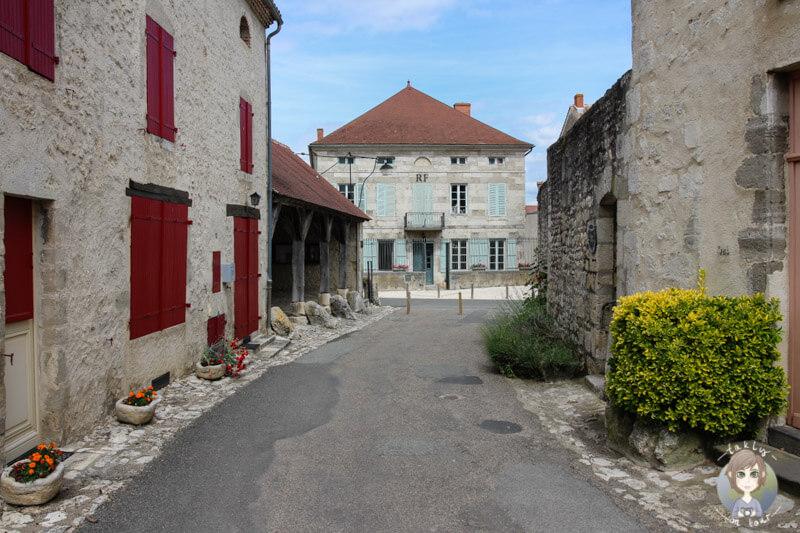 Blick auf das Rathaus (Mairie) in Charroux