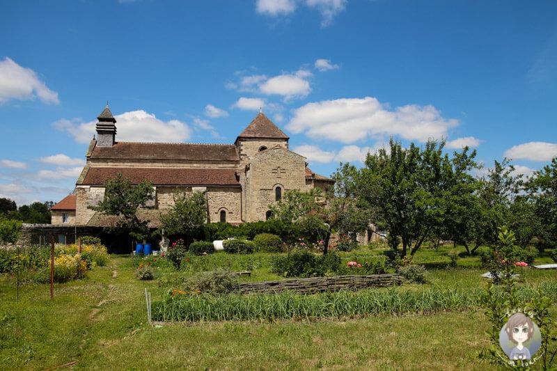 Ein Blick auf die Abtei Saint Vincent mit dem Klostergarten, Chantelle, Frankreich