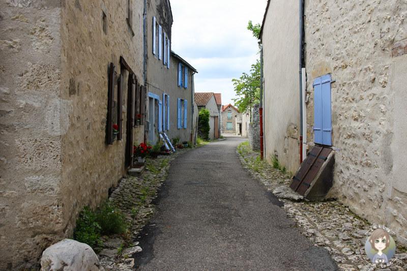 Eine Gasse im Stadtkern von Charroux, Auvergne, Frankreich