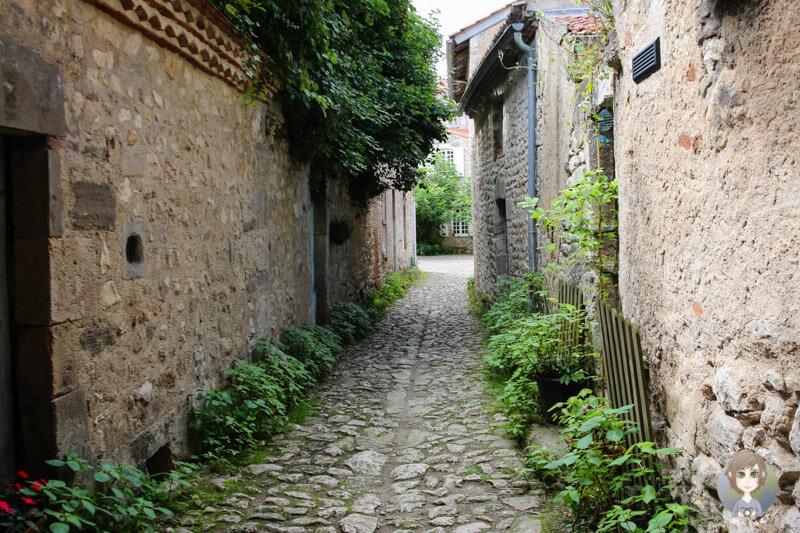 Eine Gasse im Stadtkern von Charroux, Frankreich