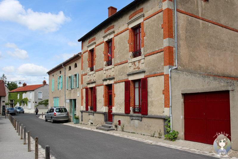 Eine malerische Straße in Charroux, Frankreich