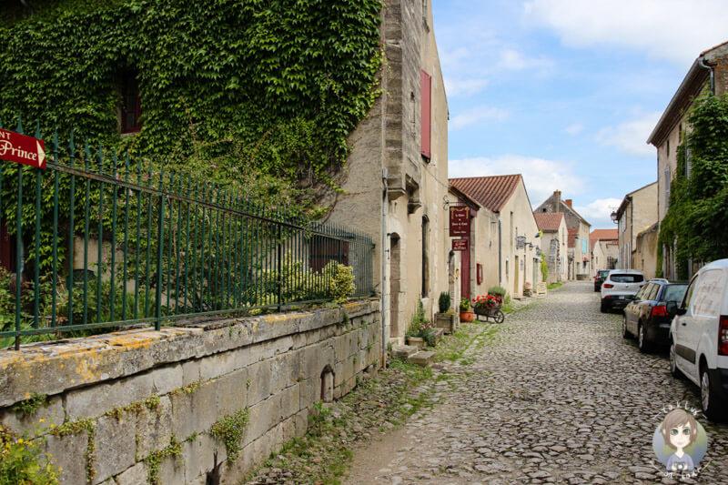 Stadterkundung in Charroux, Auvergne