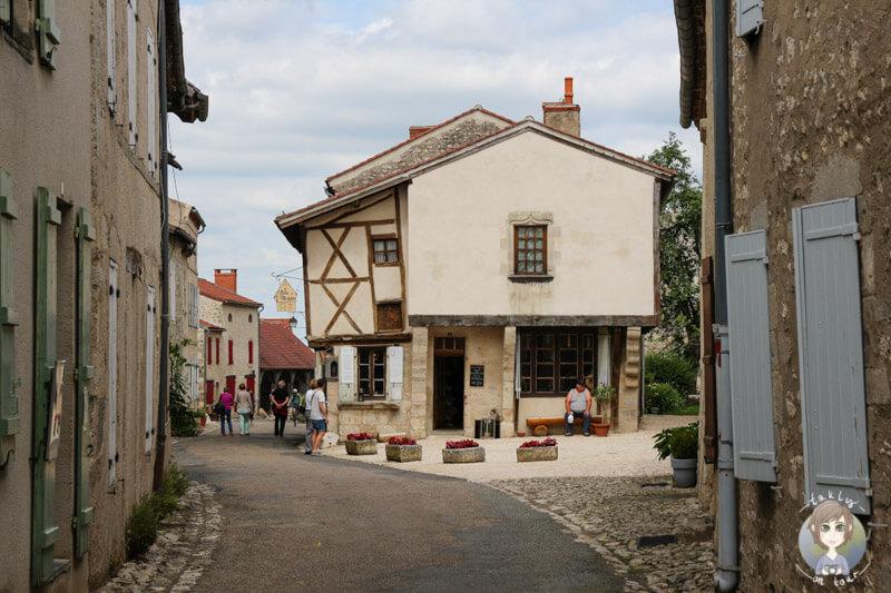 Wunderschöne Fachwerkhäuser in Charroux, Auvergne, Frankreich