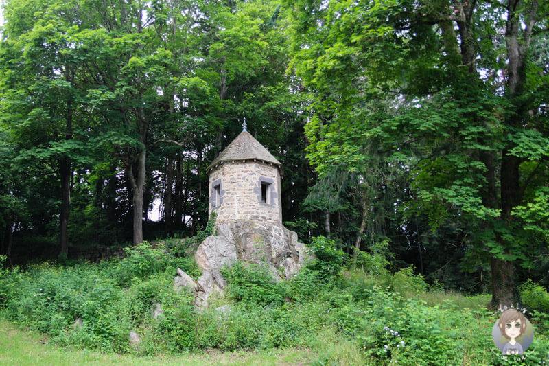 Eine kleine Festung am Gour de Tazenat in der Auvergne, Frankreich