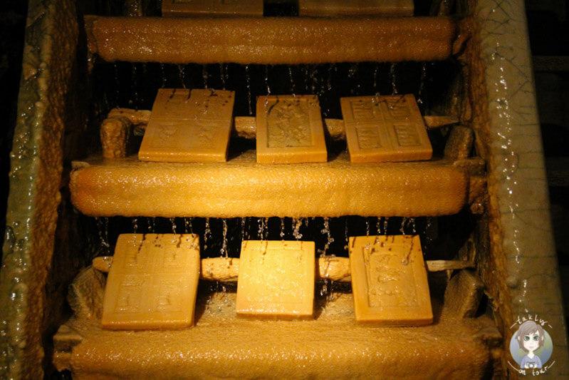 kalkplatten-auf-der-versteinerungsleiter-in-saint-nectaire-frankreich