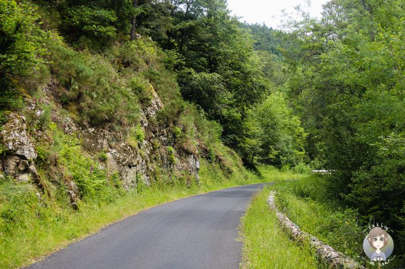 Schmale Straßen auf der mautfreien Route Richtung Vorey, Frankreich