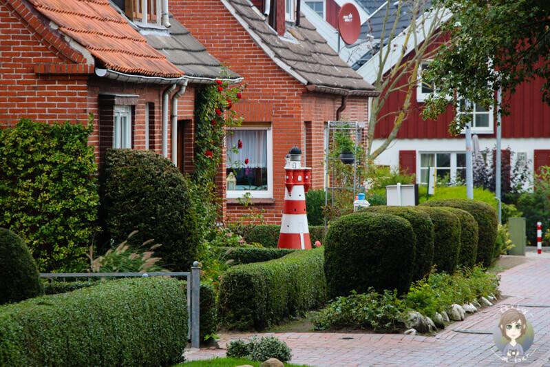 leuchtturm-in-einem-vorgarten-in-greetsiel