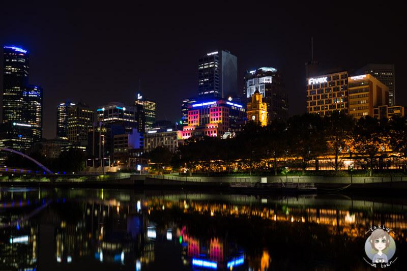 Blick auf die Skyline von Melbourne bei Dunkelheit, Victoria, Australien